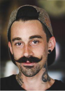 Manillar bigote con barba en la barbilla
