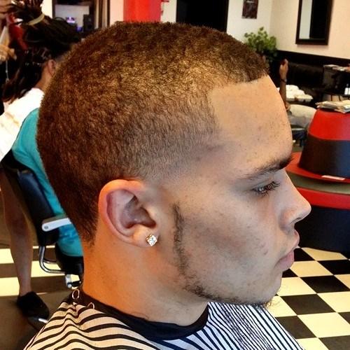 Coupe simple et courte pour les cheveux naturels