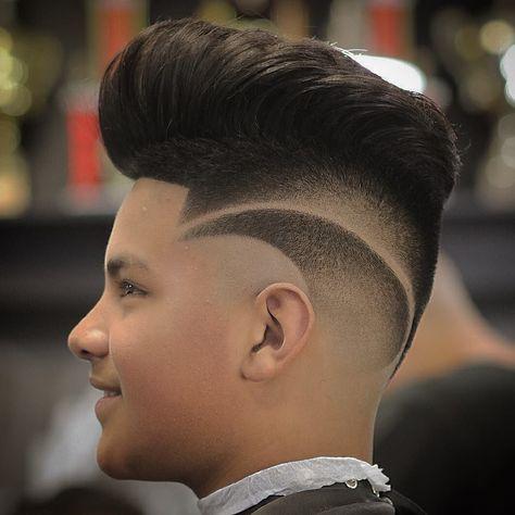 Coupe de cheveux à décoloration de la peau en pointe Pompadour. coupe de cheveux
