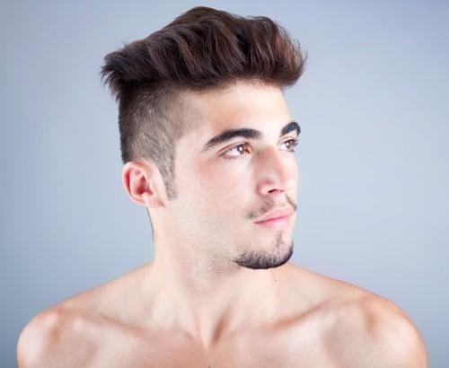 Dos court et côtés rasés. avec des cheveux volumineux