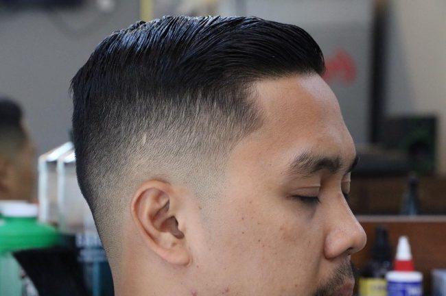 Coiffure classique à balayage latéral avec décoloration de la peau. coiffure